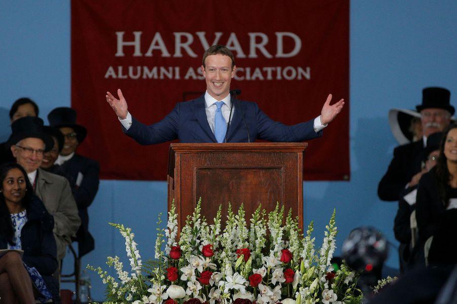 Mark Zuckerberg a enfin reçu son diplôme d'Harvard, le 25 mai 2017.