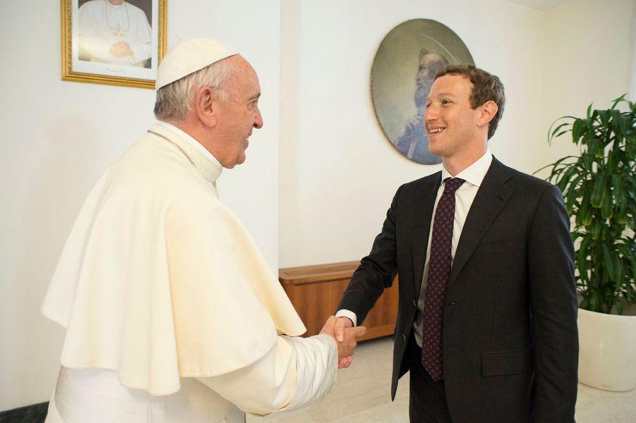Le fondateur de Facebook Mark Zuckerberg a été reçu lundi par le pape François, avec sa femme Priscilla Chan.