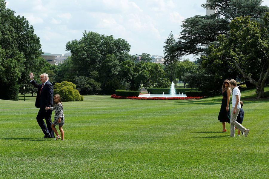 Donald Trump et sa petite fille Arabella. Melania Trump se trouve aux côtés de son fils Barron et de Jospeh, fils d'Ivanka Trump.