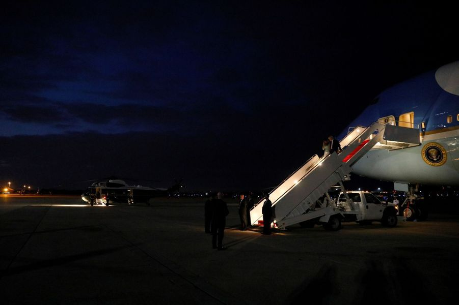 Melania et Donald Trump à leur descente d'Air Force One, le 27 mai 2017.