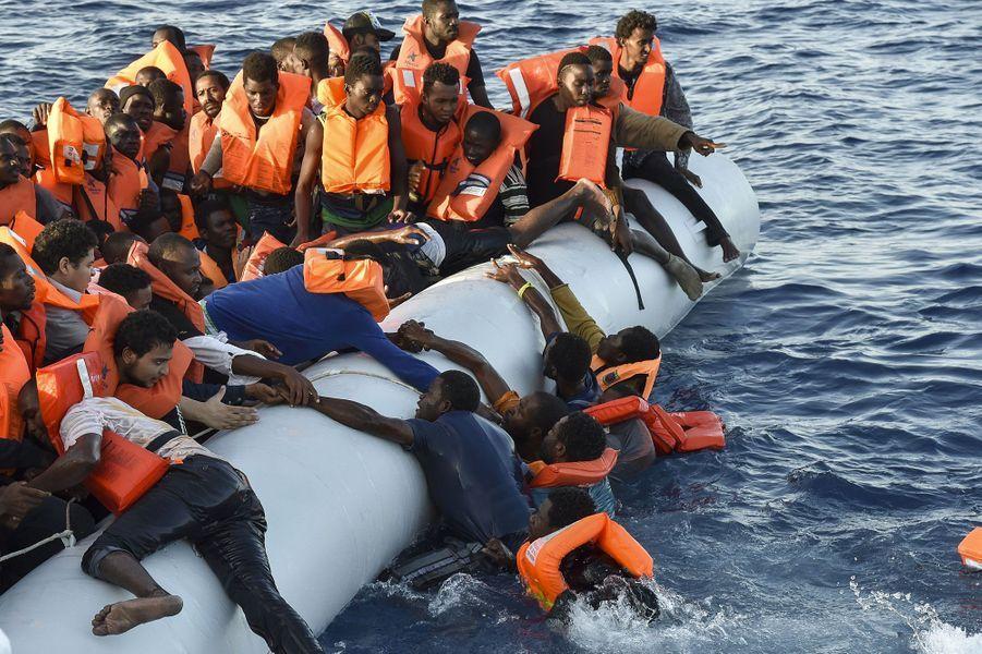 Les migrants secourus jeudi par le navireTopaz Responder