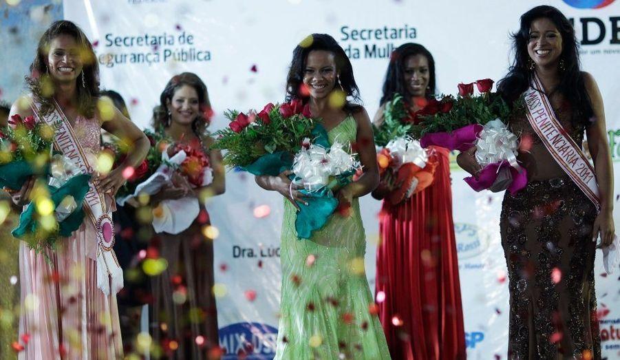 Bouquets de fleurs, confettis, sourires radieux: impossible de deviner que ces miss sont en réalité des pensionnaires de la prison de Brasilia.