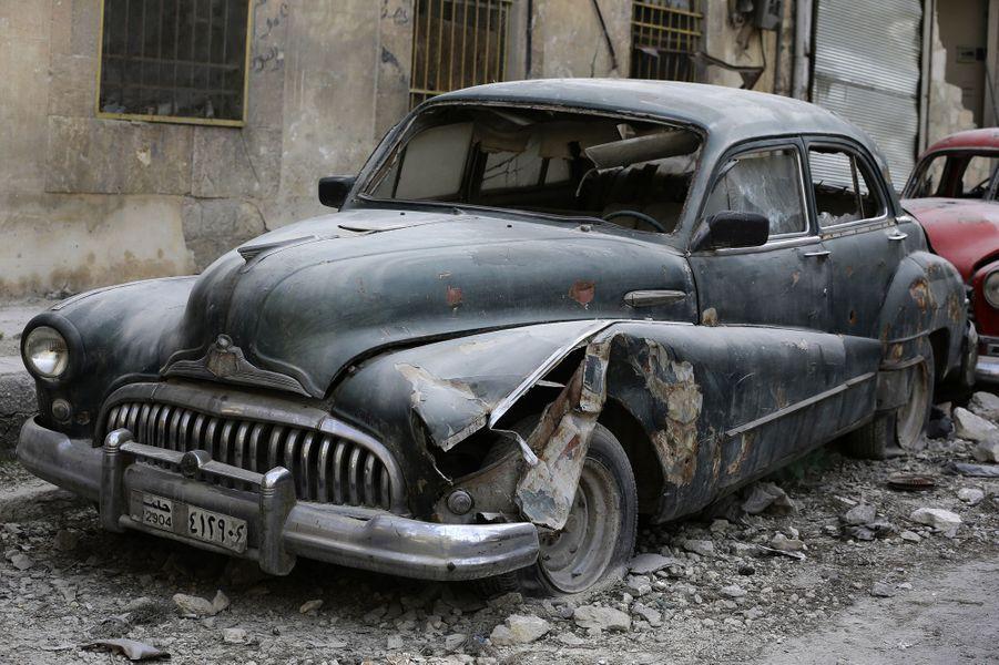 Les voitures de collection de Mohammed Mahiedine Anis à Alep, en mars 2017.