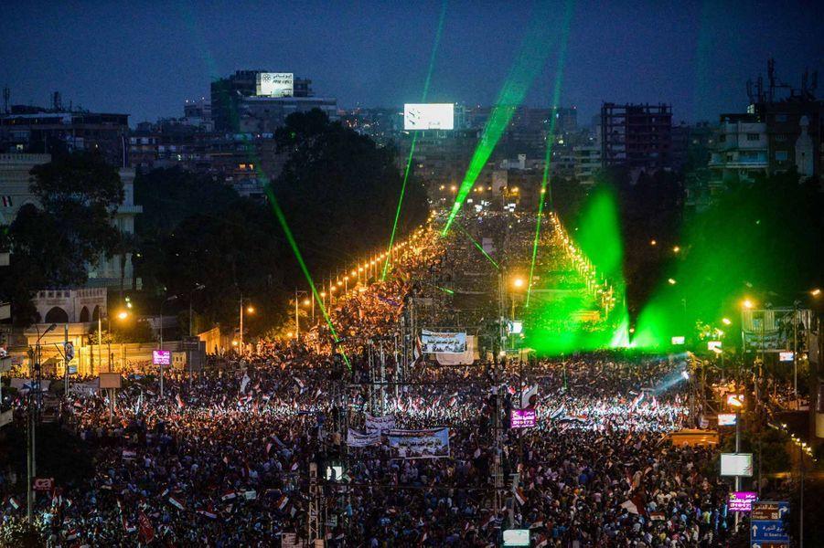 Mercredi, peu après 21 heures,le général Abdel Fatah al-Sissi, chef del'état-major de l'armée, a annoncé la destitution de Mohamed Morsi. Le président de la Cour constitutionnelle, Adli Mansour, prêtera serment ce jeudi pour devenir chef de l'Etat par intérim –en attendant l'organisation de nouvelles élections. Ces déclarations ont été accueillies par des cris de joie et des scènes de liesse sur la place Tahrir, au Caire, où étaient rassemblés les opposants au président issu des Frères musulmans. Au moins 14 personnes ont néanmoins été tuées cette nuit lors d'affrontements entre pro et anti-Morsi -huit à Marsa Matrouh, sur la côte méditerranéenne, trois à Alexandrie, et trois autres à Minya, à250 km environ au sud de la capitale.