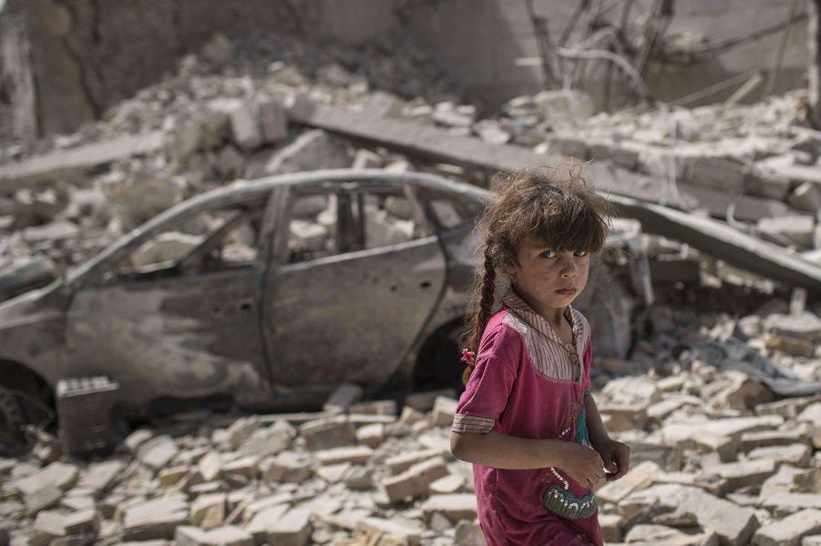 Une fillette se tient au milieu des décombres, alors que les forces iraquiennes continuent leur percée contre l'Etat islamique.