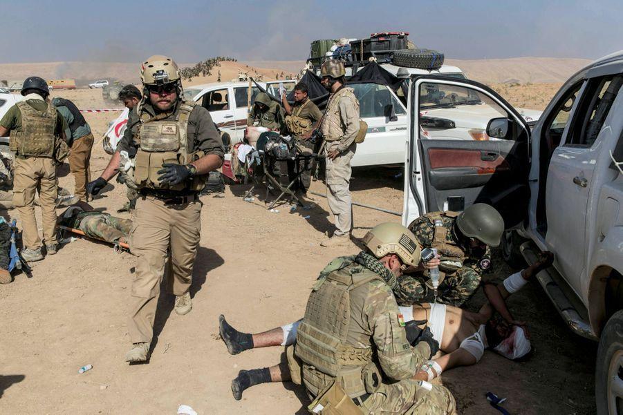 Le 20 octobre. Sur la route de Bashika, urgentistes et soldats américains prennent en charge les victimes d'une attaque kamikaze qui a fait un mort et plusieurs blessés.
