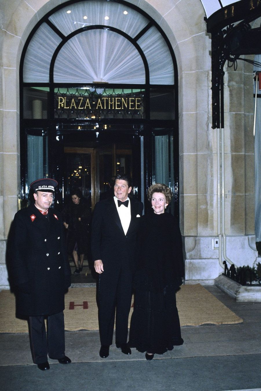 Ronald et Nancy Reagan à Paris en 1979 devant le Plaza Athénée