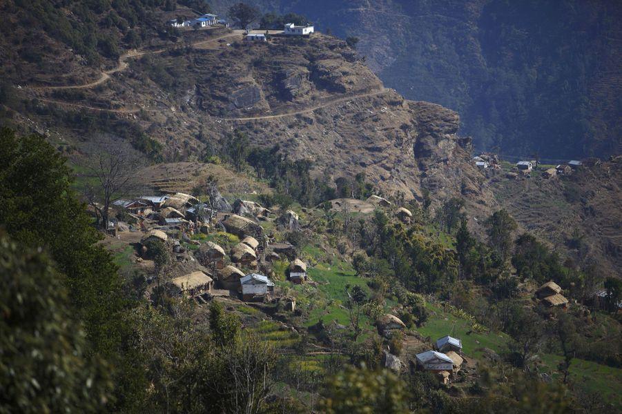 Certaines régions népalaises pratiquent encore une tradition interdite par la Cour suprême du Népal en 2005. Chaupadi est une coutume qui consiste à couper les femmes du reste de la société lorsqu'elles ont leurs règles. Ces dernières doivent alors dormir dans des abris ou des dépendances, souvent avec peu de protection contre les éléments. Pendant cette période elles ne sont pas autorisées à entrer dans les maisons ou les temples, ni à utiliser des sources d'eau publiques, participer à des festivals ou encore simplement toucher les autres. Isolées dans des hangars souvent insalubres, certaines sont décédées suite à des maladies, des attaques d'animaux ou des incendies allumés dans des lieux mal ventilés. Un photographe Reuters est allé à la rencontre de ces femmes dans le district d'Achham, dans l'ouest népalais en février dernier.