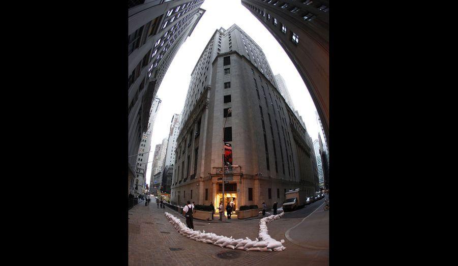 Le New York Stock Exchange, situé au sud de Manhattan, pourrait être touché par la montée des eaux. L'entrée arrière du bâtiment a donc été protégée par des sacs de sable. La bourse est fermée lundi et pourrait le rester mardi.