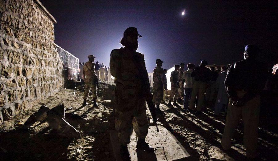 Les forces paramilitaires montent la garde sur la scène d'une explosion