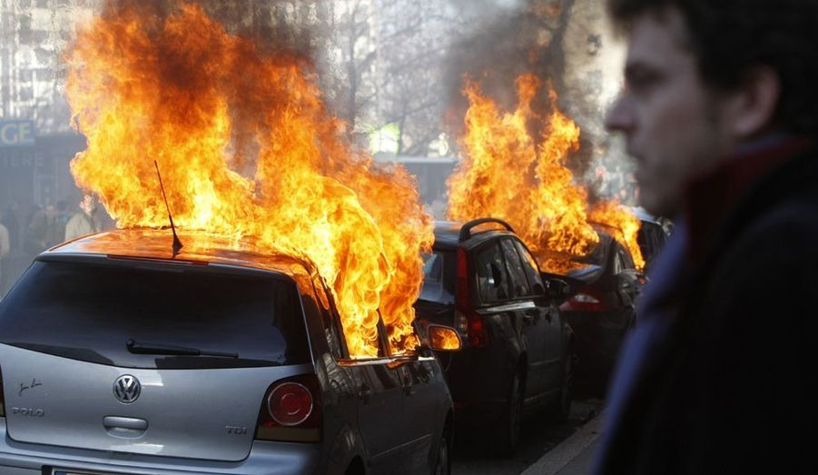 Alors que l'Organisation mondiale de la santé (OMS) se réuni lundi à Genève pour trois jours, des manifestants anticapitalistes ont déjà investi samedi la capitale suisse. Les devantures de banques ont été brisées et des fumigènes ont été lancés. La plupart du millier de manifestants ont défilé de façon pacifique.