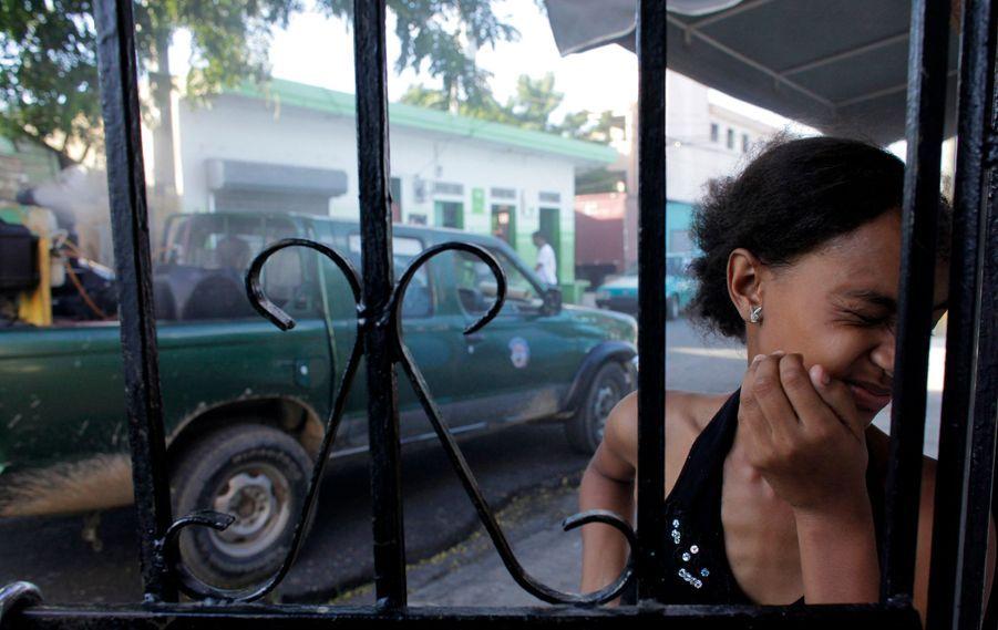Une femme se détourne des fumées envoyées par un véhicule du ministère dominicain la Santé à Saint-Domingue, pour enrayer le début d'épidémie de Dengue dans le pays. Au moins 40 personnes sont déjà mortes de cette fièvre hémorragique virale extrêmement violente, transmise par des piqures de moustique.