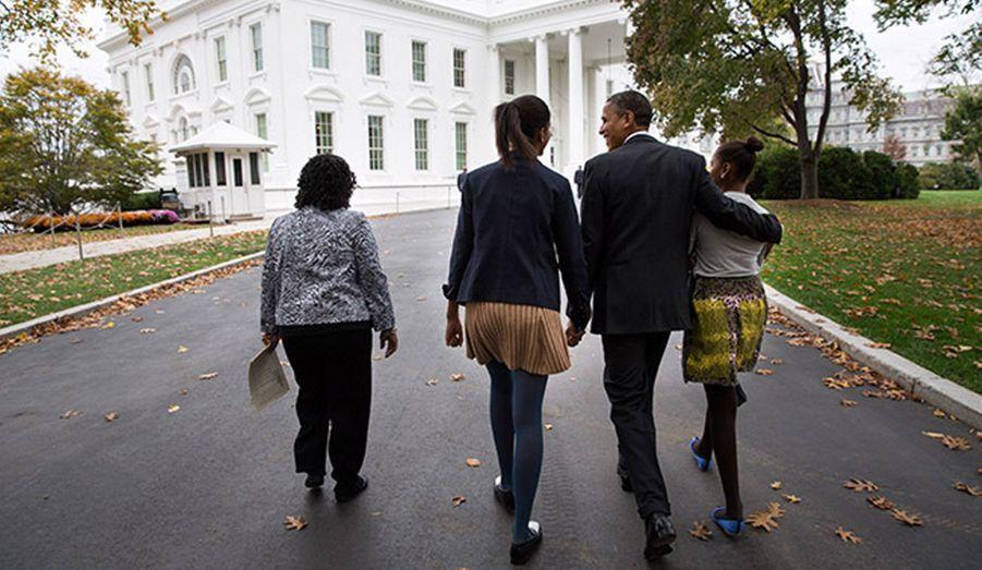 """Bras dessus, bras dessous, Barack Obama et ses filles, Malia à sa gauche, et Sasha, à sa droite. A gauche, Kaye Wilson, alias """"Mama Kaye"""" marraine des deux filles du couple présidentiel."""