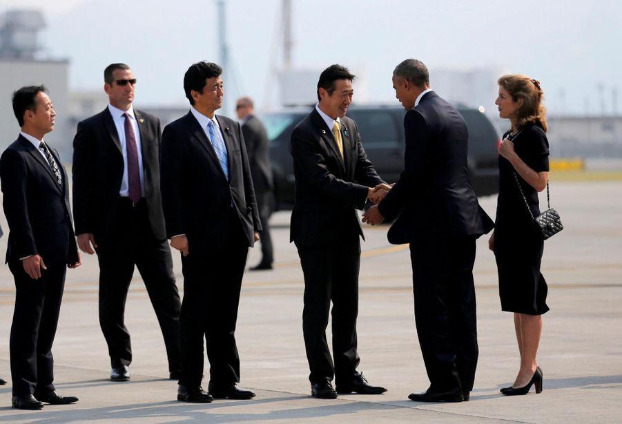 Barack Obama, accompagné de l'ambassadrice Caroline Kennedy, à son arrivée à Iwakuni