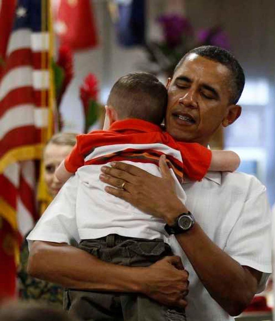 Un petit garçon s'est pris d'affection pour le président qui lui a fait un gros câlin.