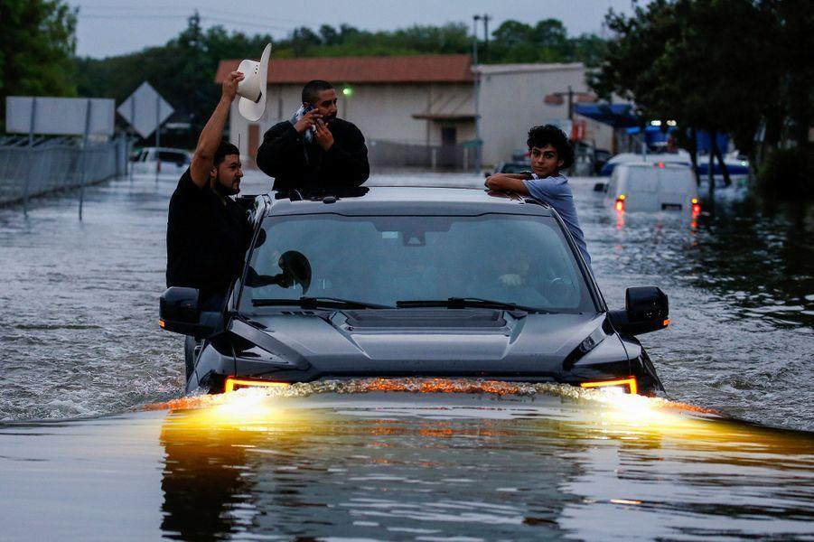 """Houston, la quatrième ville américaine, a subi dans la nuit de dimanche à lundi des inondations """"sans précédent"""""""