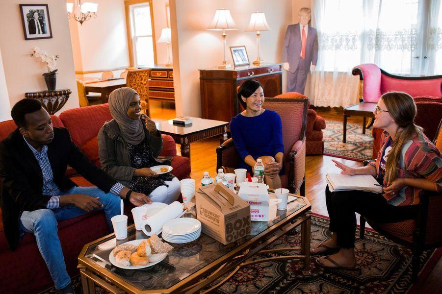 Abdi Iftin, Uyen Nguyen, Ghassan Shehadeh et Eiman Alidans la maison d'enfance de Donald Trump.
