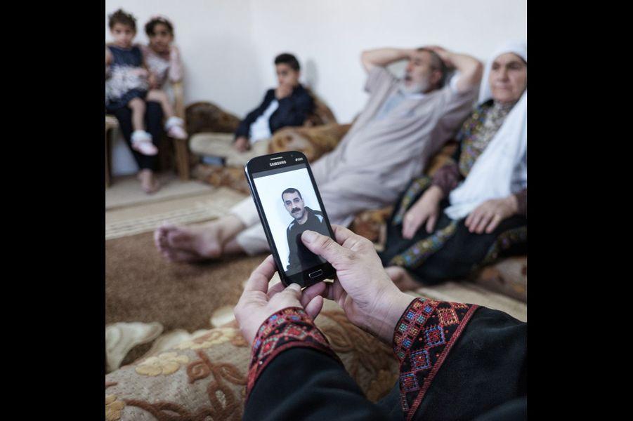 Yatta, Palestine. Basimah Nawaja, chez elle, montre une photo de son mari Issa, 41 ans, condamné à 22 ans de prison pour sa participation à des opérations militaires. Ils ont eu un enfant, Sadeel, 2 ans, né par fécondation in vitro.