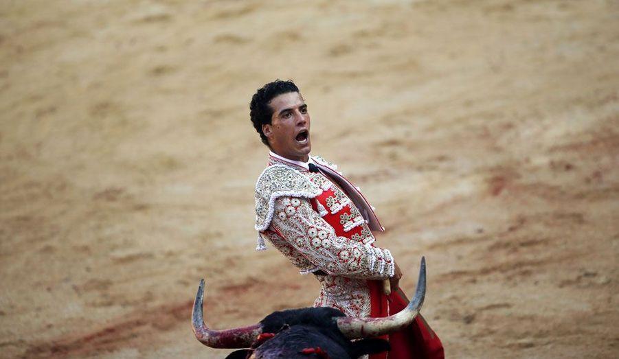 Le torero Jesus Martinez Barrios Morenito de Aranda exulte après une passe réussie.