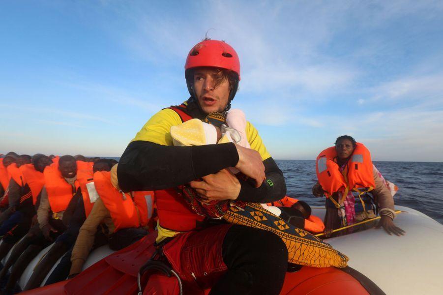 Un bébé, une petite fille née quatre jours auparavant, a été sauvé samedi dernier dans la Méditerranée.