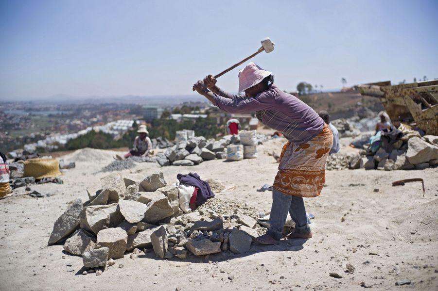 Un labeur de forçat pour 20 euros par mois et une aide médicale gratuite. Mais pour les 3145 employés d'Akamasoa, c'est le secret de la survie. Les pierres de la carrière serviront à bâtir les nouvelles maisons.
