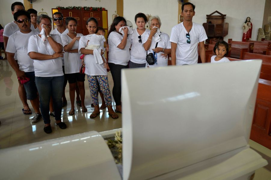 Hommage de ses proches à Francisco Manosca, 5 ans, tué en même temps que son père à Manille, aux Philippines.
