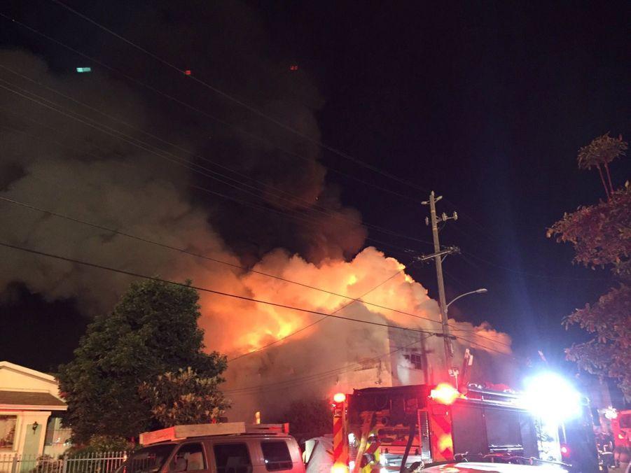 Incendie Meurtrier Dans L'entrepôt D'un Collectif D'artistes, À Oakland En Californie 6