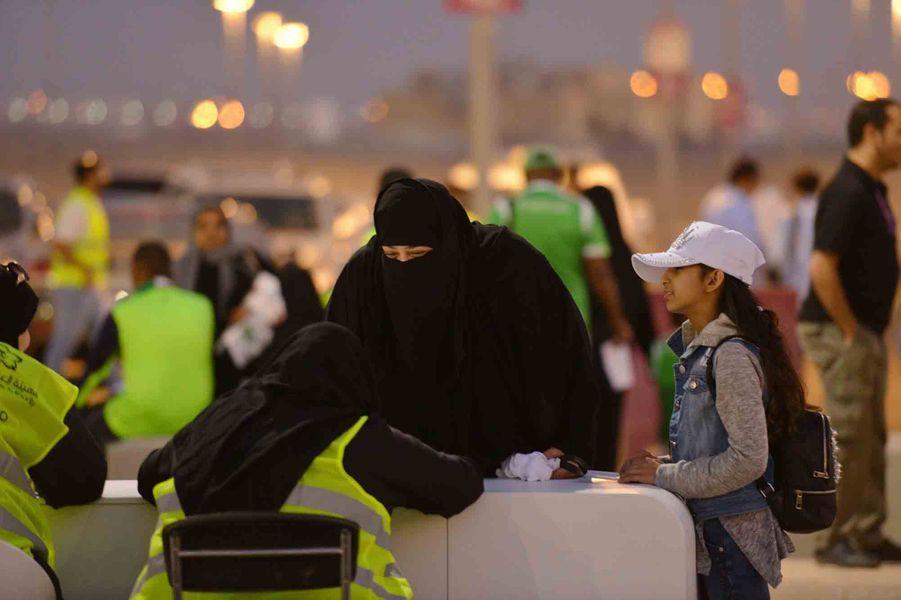 Des femmes ont assisté a-à la rencontre entreAl-Ahli et Al-Batin