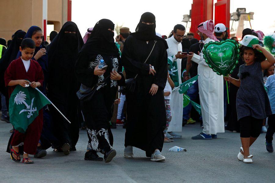Pour la fête nationale, des centaines de Saoudiennes ont pris place samedi pour la première fois dans un stade de Ryad.