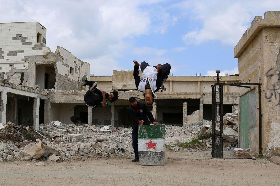 Les jeunes réalisent des acrobaties dans les ruines d'Inkhil.
