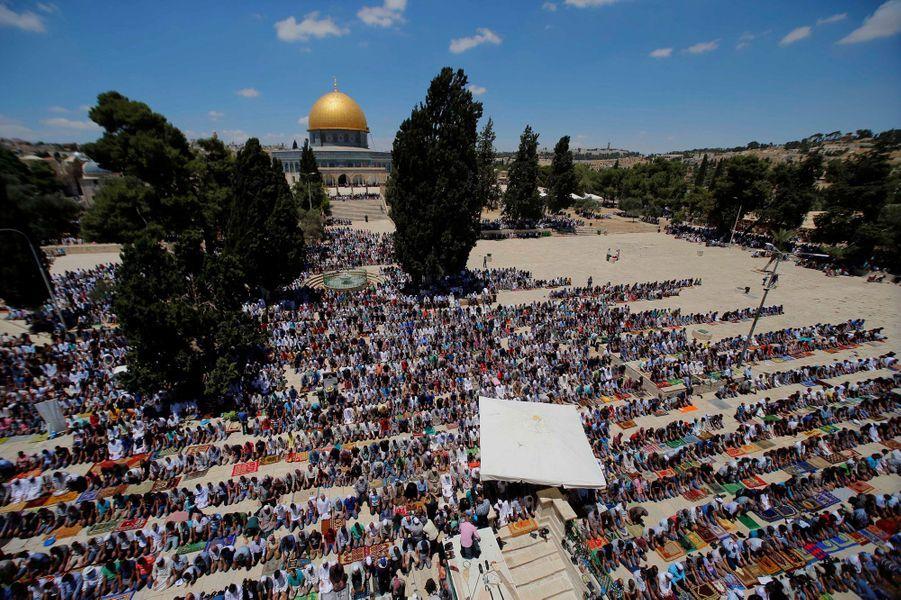 Les Palestiniens ayant réussi à passer prient sur l'Esplanade de la Mosquée Al-Aqsa à Jérusalem