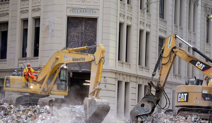 Les secours tentent de déblayer les ruines, à la recherche des corps.