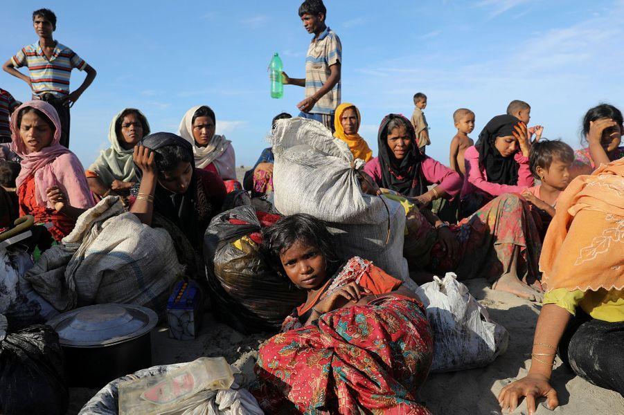 Des Rohingyas s'effondrent sur le sable après être arrivés à Cox's Bazar, au Bangladesh, le 1er octobre 2017.