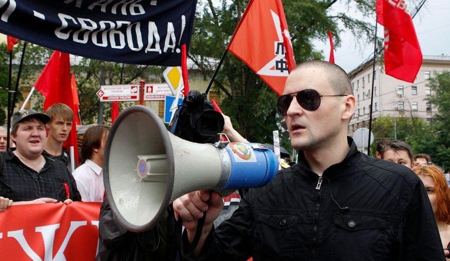 Un des chefs du mouvement de l'opposition s'adresse aux manifestants à travers un haut-parleur. Sergei Udaltsov a refusé de se présenter à sa convocation par la police afin de pouvoir participer à la manifestation.