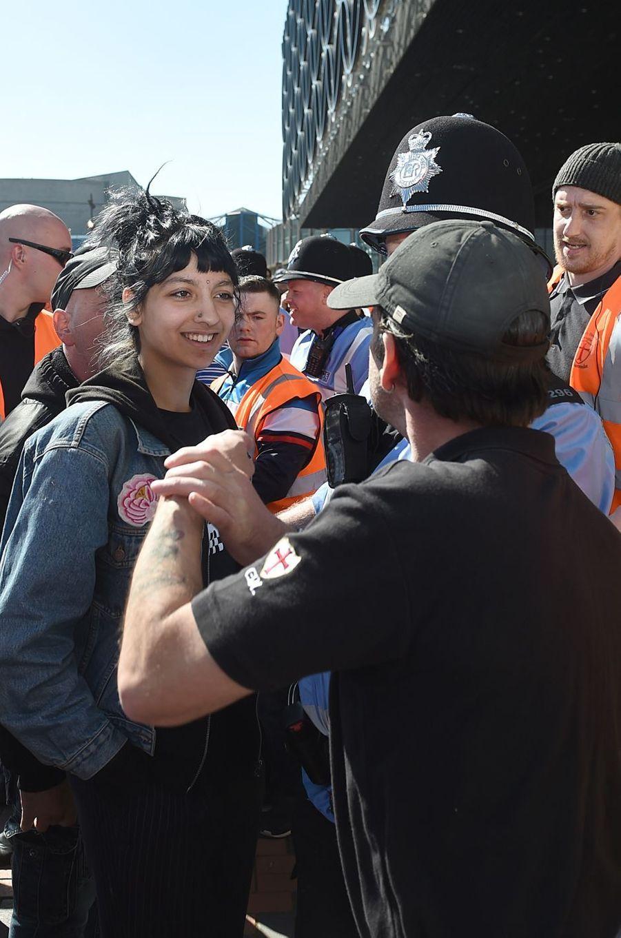 Saffiyah Khan face à Ian Crossland, de l'EDL, lors d'une manifestation à Birmingham, le 8 avril 2017.