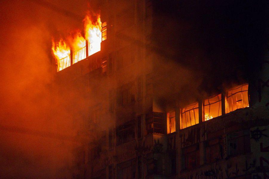 Un spectaculaire incendie provoque l'effondrement d'un immeuble à Sao Paulo