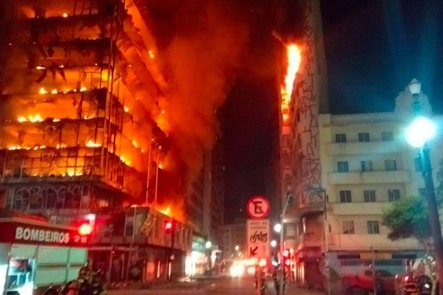 Brésil: Spectaculaire effondrement d'une tour à Sao Paulo