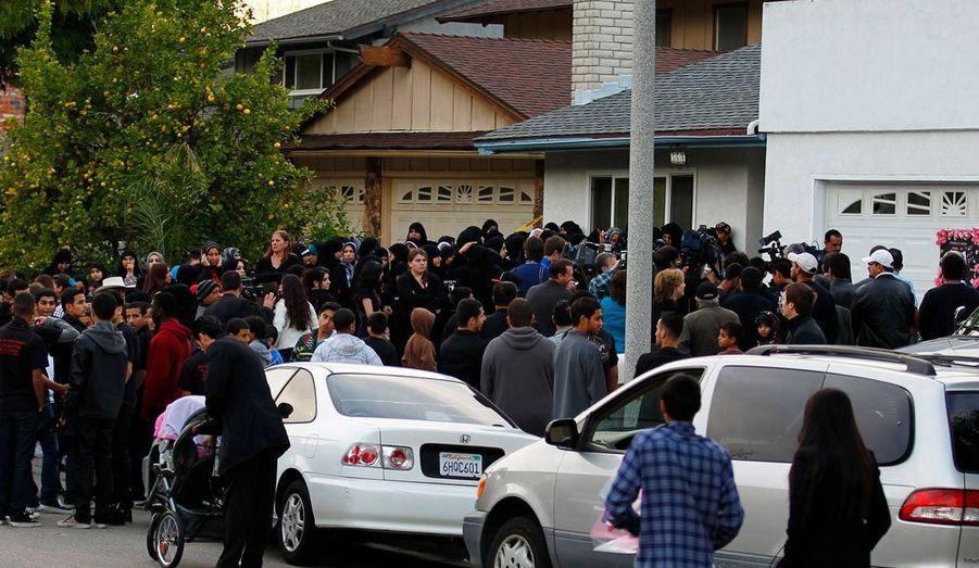 Plus tôt dans la journée et en attendant que la nuit tombe, de nombreuses personnes, touchées par le drame se sont retrouvées devant la maison de Shaima.