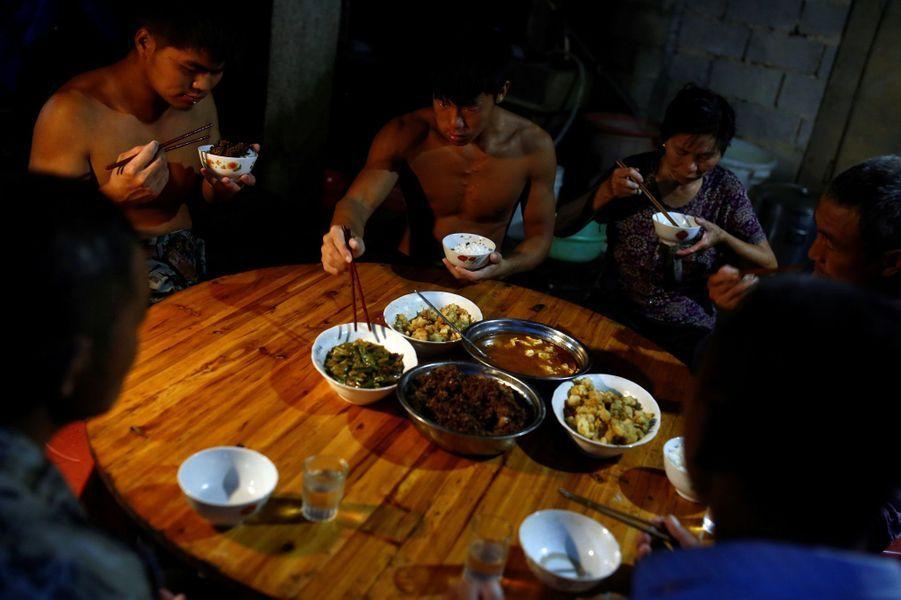 Vidéo: Un ouvrier chinois fait le buzz sur internet