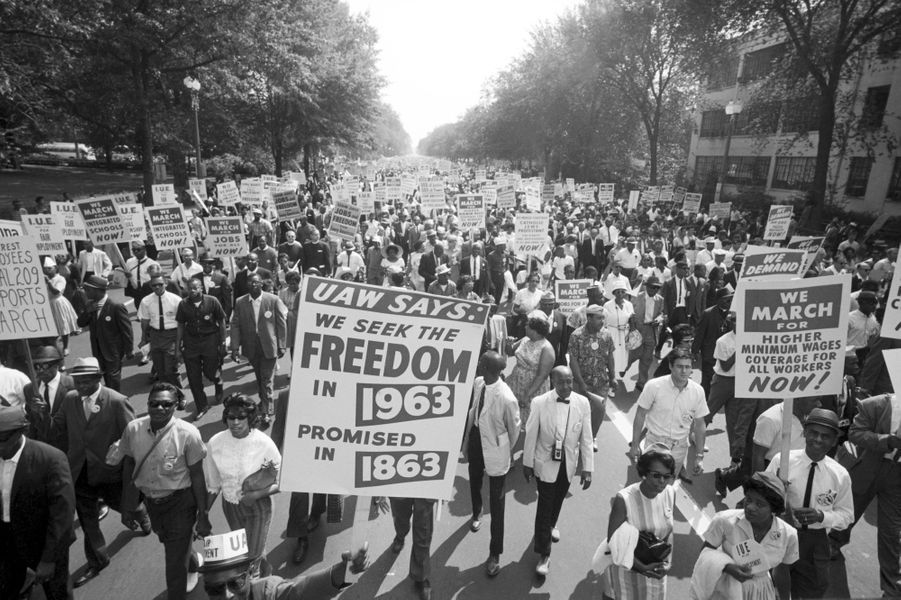 """En 1863, Abraham Lincoln énonçait son programme d'émancipation des Noirs. Ce 28 août 1963, ils sont près de 250 000 à se réunir autour de l'obélisque blanc élevé à la mémoire de George Washington, à la recherche des droits promis un siècle plus tôt. Le plus grand rassemblement de l'époque pour les droits civiques. Dans la paix, ils remontent Constitution Avenue pour atteindre le Lincoln Memorial, où Martin Luther King fera tonner le discours le plus célèbre du XXesiècle: """"I have a dream.""""Découvrezla grande galerie photo de Paris Matchavec un nouveau rendez-vous consacré aux femmes et aux hommes qui ont fait l'histoire de votre journal, Six photos de légende. Nouveau rendez-vous avec un hommage au 50e anniversaire de la marche pour les droits civiques de Washington."""