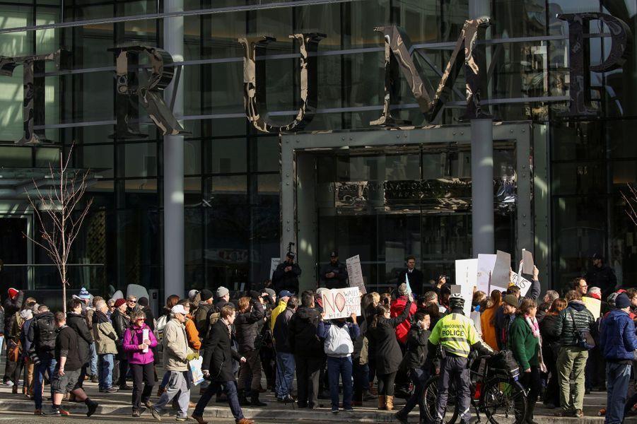 Manifestation devant le nouvel immeuble Trump à Vancouver, le 28 février 2017.