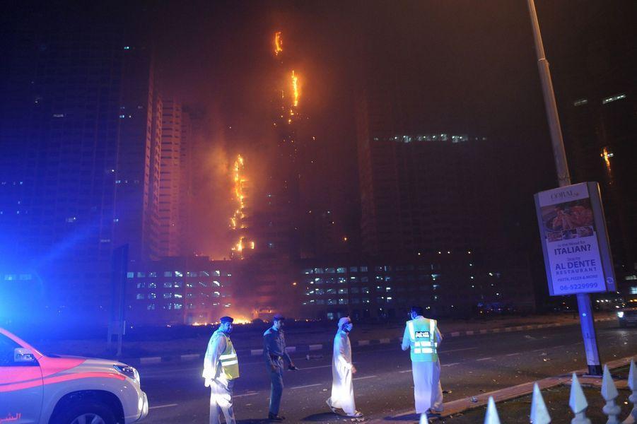 Un spectaculaire incendie est survenu dans deux tours d'habitation à Ajman, aux Emirats arabes unis, le 28 mars 2016.
