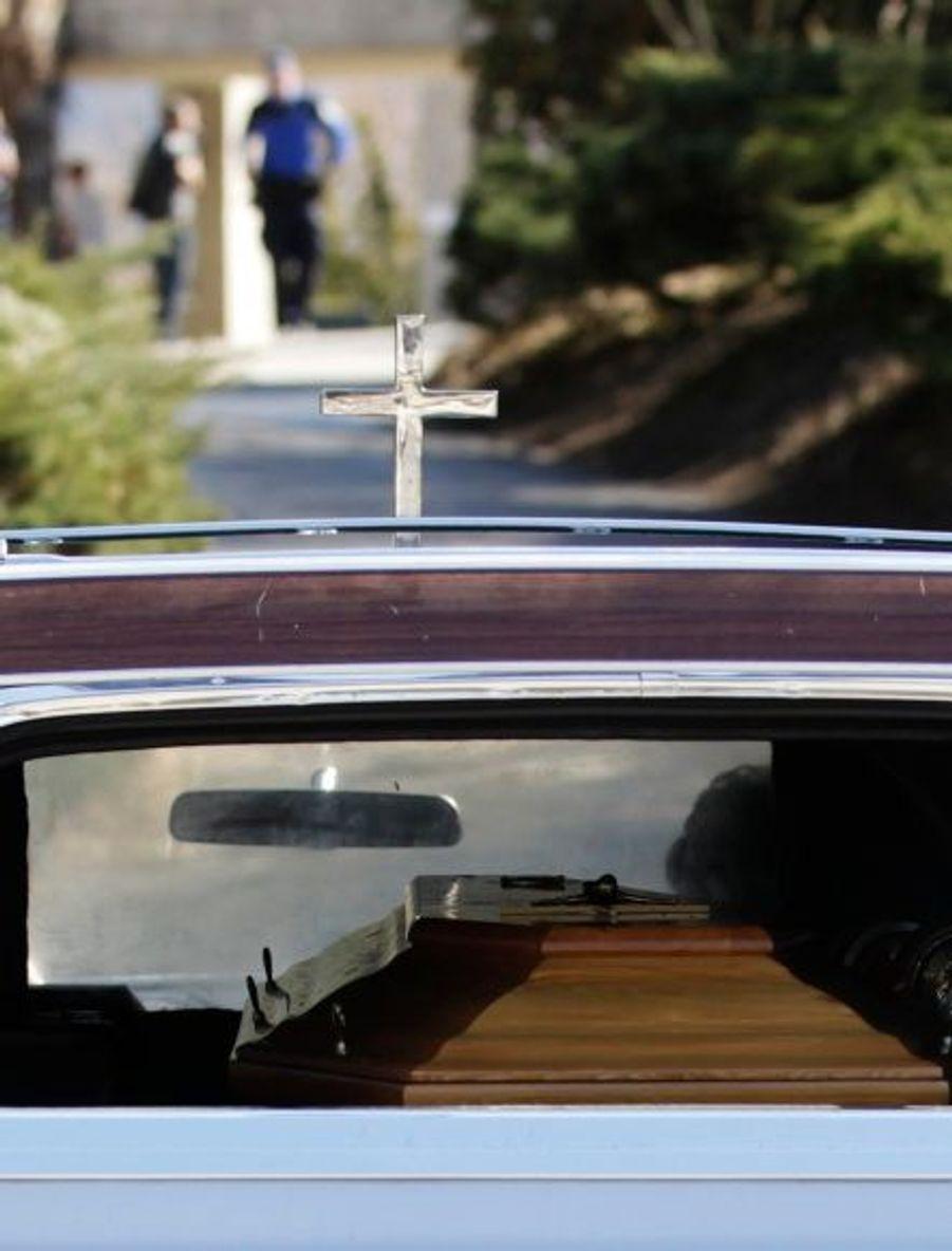 Un corbillard transportant un cercueil arrive à la morgue de Sion, en Suisse.