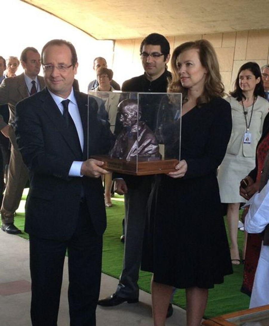 Le président de la République a reçu en cadeau un buste du Mahatma Gandhi et trois livres qui lui sont consacrés.