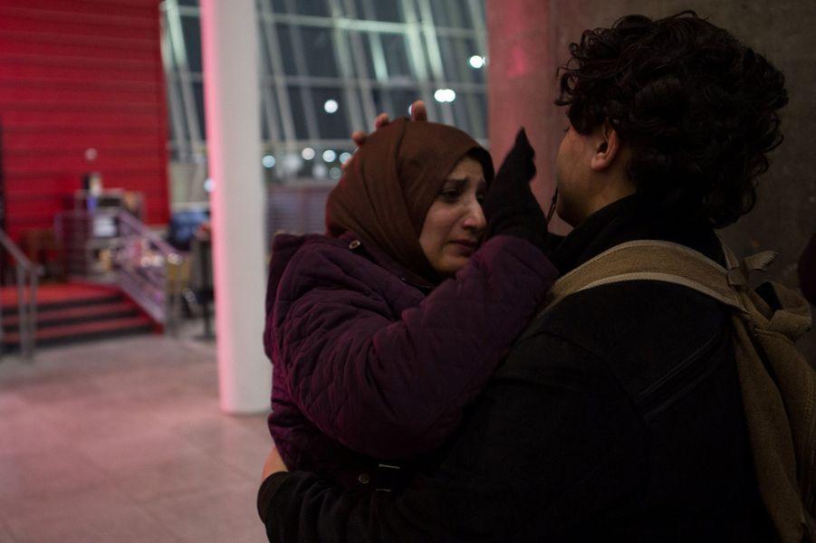 MorsalehAlghazali accueille à l'aéroport JFK de New YorkAli, son fils de 13 ans, interdit de rentrer sur le territoire car Yéménite, le 5 février 2017.