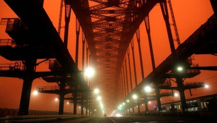 Photographie prise au lever du solel ce matin à Sydney...et toujours ce rouge surréaliste, digne d'un décor de science-fiction.