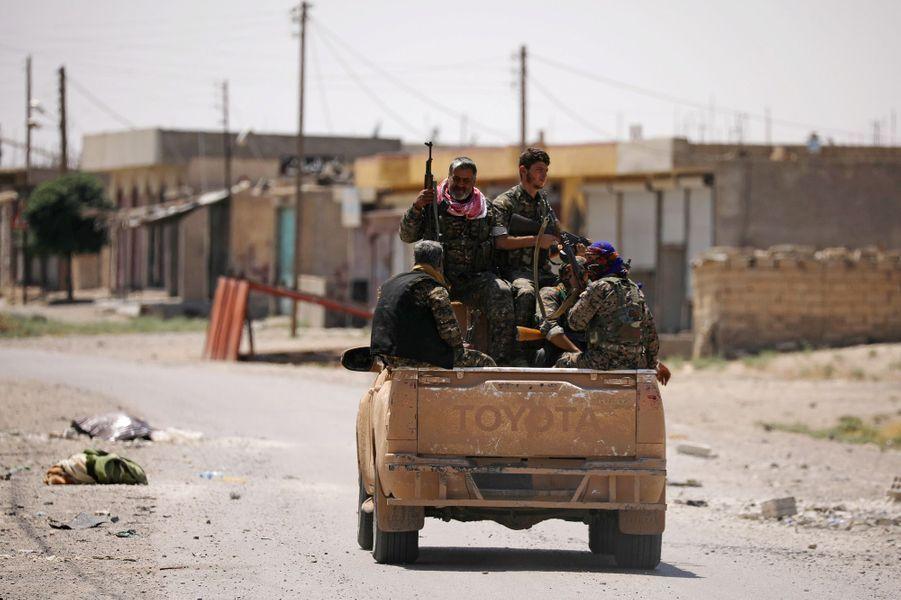 La force kurdo-arabe soutenue par les Etats-Unis a repris son premier quartier dans l'ouest deRaqqa, fief du groupe Etat islamique (EI) en Syrie.