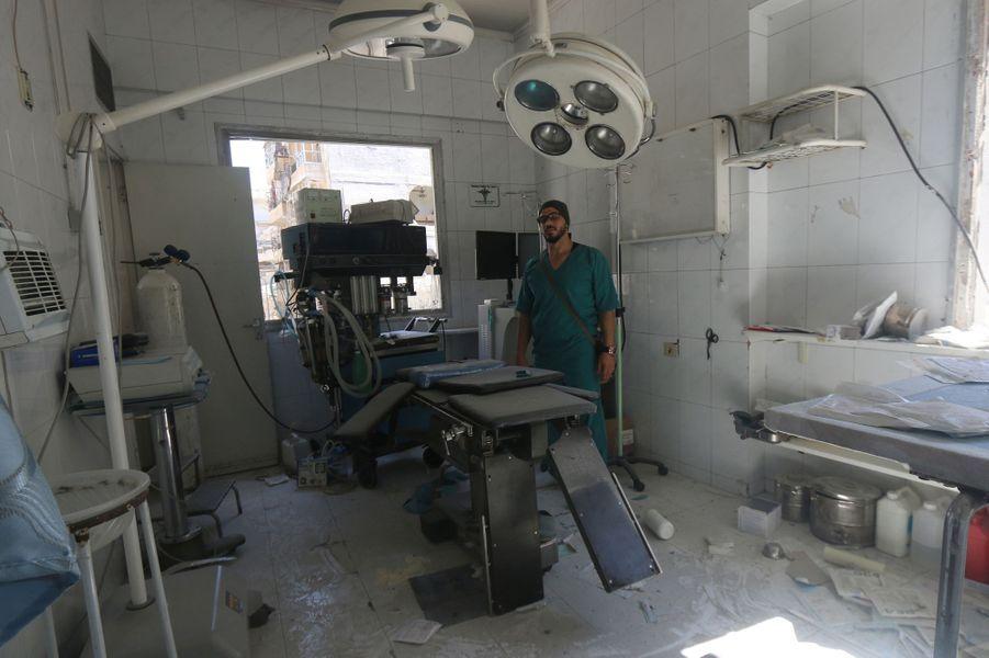 Un médecin inspecte les dégâts à l'intérieur d'un hôpital de campagne suite aux frappes aériennes dans la région d'Alep aux mains des rebell...