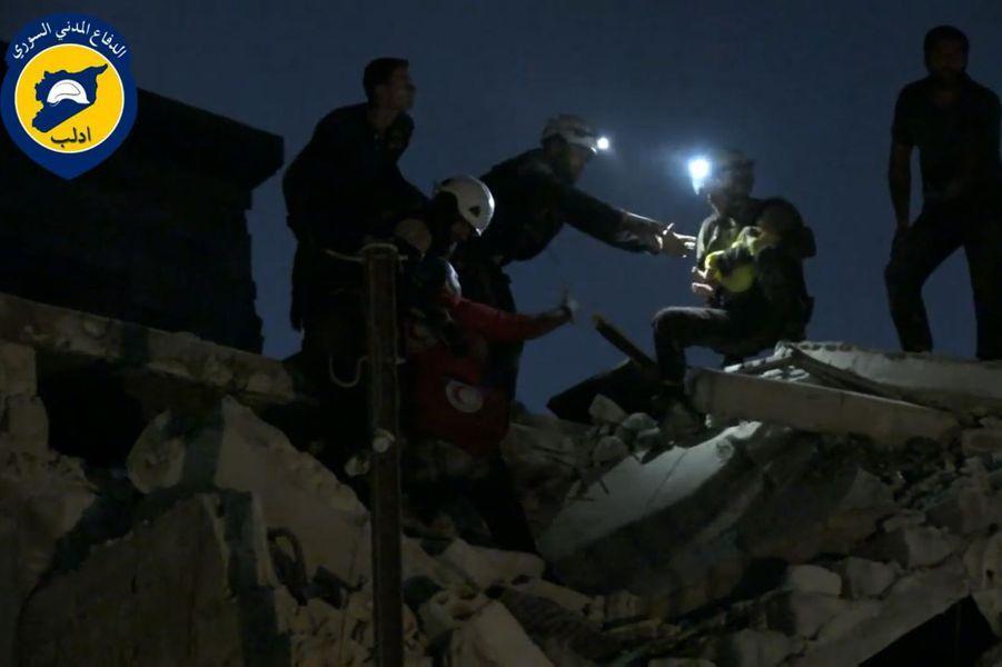 Le sauvetage de Wahida, filmé par les Casques blancs de Syrie, à Idleb le 29 septembre 2016.