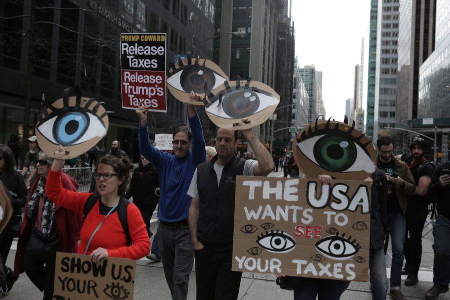 Manifestation pour que Donald Trump publie sa déclaration d'impôts, à New York, le 15 avril 2017.
